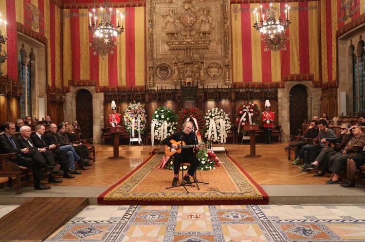 Serrat participa en el homenaje a su amigo Joan Barril.